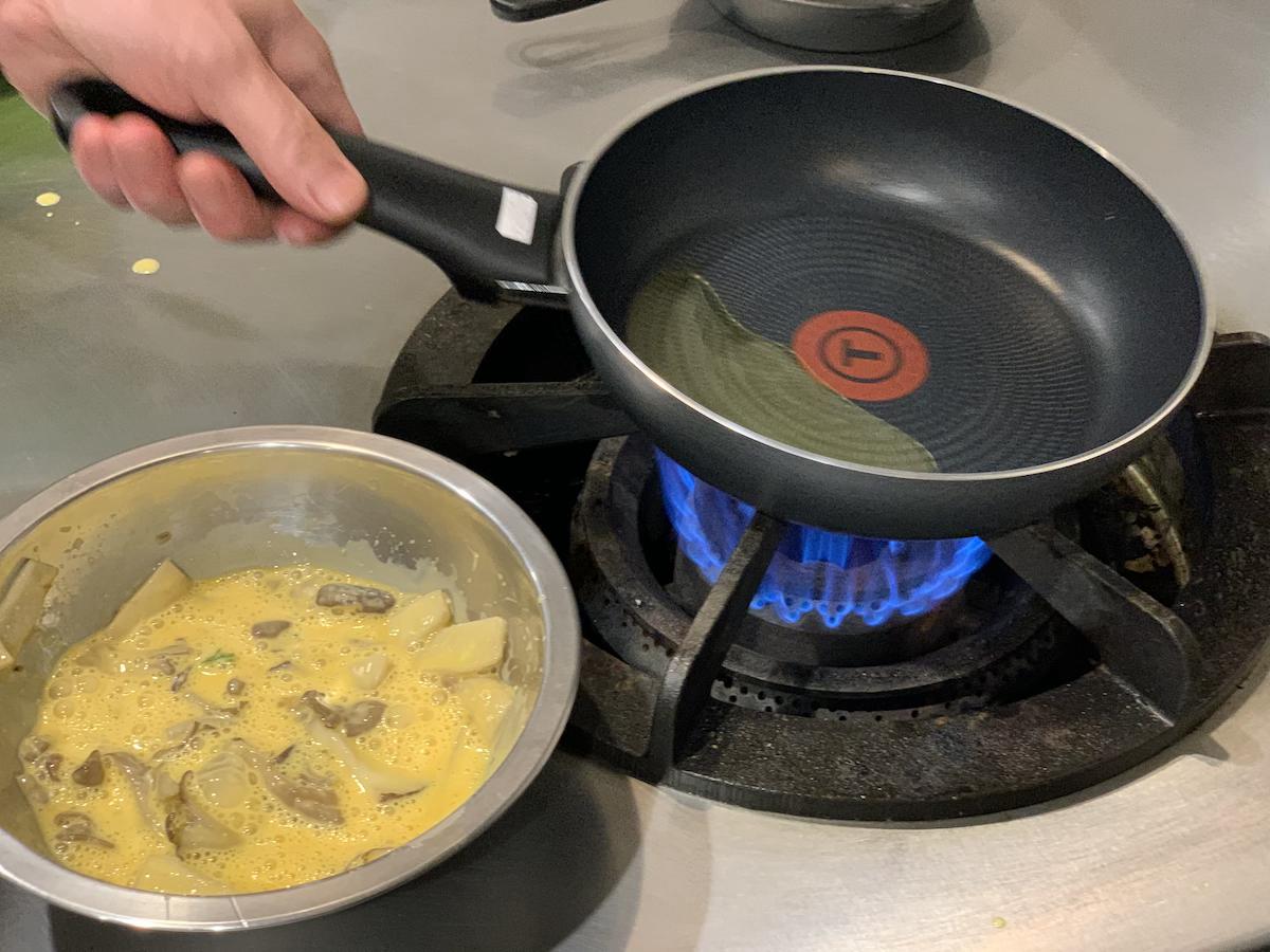 中火で熱したら卵液をどーん